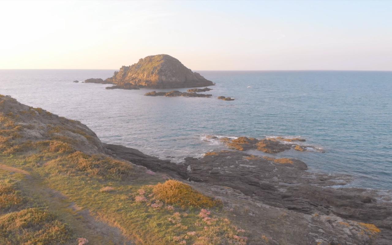 Isla del Petit Chevret de Saint-Coulomb. Al norte, frente a la isla de Besnard, se encuentran dos pequeñas islas, Petit Chevret y Grand Chevret. La isla Besnard se encuentra en la entrada del puerto de Rothéneuf, que protege de sus altos acantilados. Pero ya no es una isla. Está unida a la punta de la Meinga por una lengua de arena llamada tombolo constituida por las dunas de Chevrets. Saint-Coulomb se encuentra en la región de Bretaña en francia, departamento de Ille y Vilaine, en el distrito de Saint-Malo y cantón de Cancale. #berth99 #photographe #nature #photo #travel #traveltrip #ÎleduPetitChevret #ÎleduGrandChevret #PlagedesChevrets #france #berth99CreativeStudio #Drone #DJI #MavicAir #DJIMavicAir #VistadeDrone