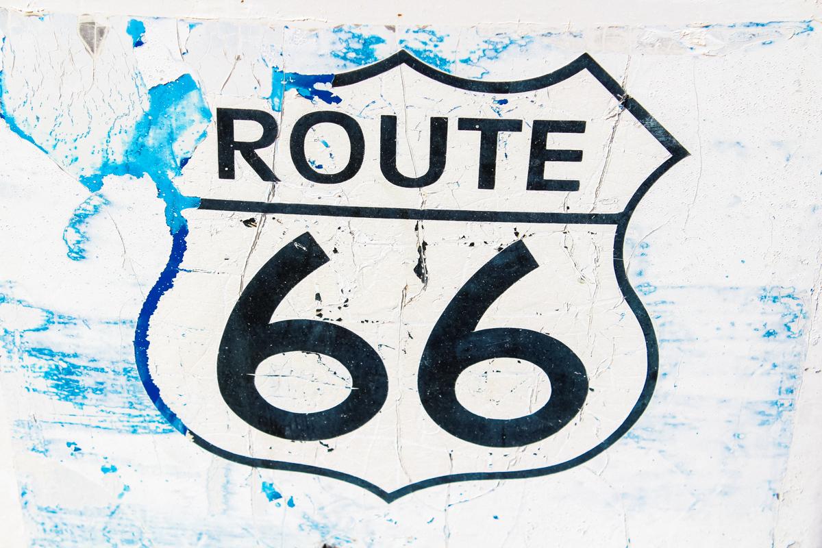 """Seligman es el tramo de la histórica Ruta 66 en Arizona. Un lugar de parada obligatoria para disfrutar de todo lo relacionado con la ruta 66. Seligman es """"la calle principal de América"""". Su «Main Street» es repleta de bares y tiendas con decoración Ruta 66. Ángel Delgadillo, un barbero local tiene una barbería museo, es uno de los puntos más visitados. #Seligman #Arizona #MainStreet #lacalleprincipaldeAmérica #ÁngelDelgadillo #barbería #Route66 #ruta66 #usa #eeuu #roadtrip #traveltrip #travel #voyage #viaje #roadtrippers #beautifuldestinations #landscape #mytraveldiary #ontheroad"""