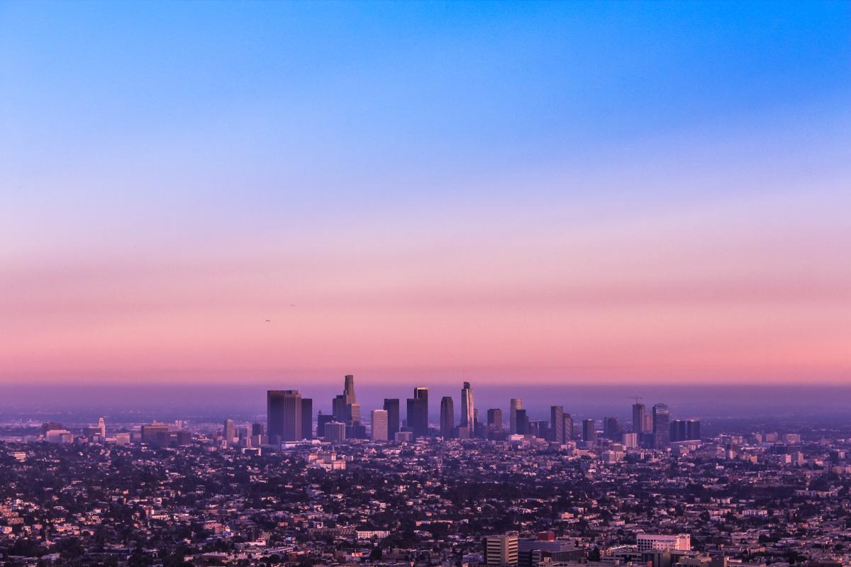 Si vas a viajar a Los Ángeles lo primero que te va impresionar es el Observatorio Griffith (Griffith Observatory en inglés) se encuentra en Los Ángeles, California, EE. UU. Está ubicado en la zona sur de la Montaña Hollywood, en el Parque Griffith. El observatorio es un lugar visitado tanto por turistas como por la población local y contiene una amplia selección de exposiciones relacionadas con el cosmos y la ciencia. El Observatorio Griffith, famoso por películas como Rebelde sin Causa y La La Land, ofrece algunas de las vistas más espectaculares de Los Angeles, el Cartel de Hollywood y el atardecer. El Observatorio Griffith está situado sobre una colina de la zona sur de Hollywood. Desde esta zona se puede apreciar la enorme extensión de la ciudad de Los Ángeles. Además, el Observatorio Griffith es una gran zona verde muy agradable para pasear y tomarse un respiro del ajetreo de la urbe. A raíz de la construcción del parque del Observatorio, los turistas no son los únicos que visitan el lugar, ya que los angelinos han visto en él una zona de descanso y tranquilidad. Es interesante saber que este lugar, como todos, tiene su historia. El Observatorio fue cedido a Los Ángeles por el coronel Griffith, el cual dejó especificado en su testamento que quería que se construyera un planetario y una sala de exposiciones. Así se hizo y en 1935 terminaron la construcción de este complejo dónde acudieron un gran número de visitantes. El observatorio también fue utilizado durante la Guerra Fría como lugar de prácticas a los astronautas. #LosAngeles #GriffithObservatory #MontañaHollywood #ParqueGriffith #Hollywood #VistadeLosÁngeles #California #Route66 #ruta66 #usa #eeuu #roadtrip #traveltrip #travel #voyage #viaje #roadtrippers #beautifuldestinations #landscape #mytraveldiary #ontheroad