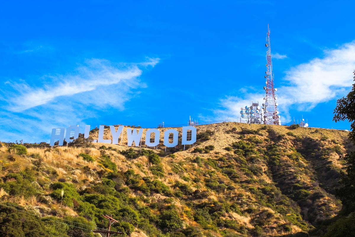 """ROAD TRIP USA 2019 #12 / HOLLYWOOD SIGN / TRAVEL VLOG Hollywood Sign es el nombre con el que se conoce al famoso letrero gigantesco situado en una colina conocida como Monte Lee, que forma parte del Parque Griffith, en el distrito de Hollywood Hills, en Los Ángeles, California. El letrero está formado por las letras de la palabra """"Hollywood"""" en mayúsculas y de color blanco. Cada letra mide unos 13,7 metros de altura y en total, el cartel mide unos 106,7 metros de longitud. Fue creado como parte de una campaña publicitaria en 1923 y desde aquel entonces ha aumentado continuamente su popularidad. El cartel ha sido frecuentemente objeto de ataques y actos vandálicos, ha sido restaurado en varias ocasiones y se le ha incorporado un sistema de seguridad para evitar el vandalismo. Se encuentra protegido y promocionado por una asociación sin ánimo de lucro, la Hollywood Sign Trust, que se encarga de su mantenimiento y de su divulgación histórica por todo el mundo. #LosAngeles #HollywoodSign #HollywoodHills #MontañaHollywood #ParqueGriffith #Hollywood #VistadeLosÁngeles #California #Route66 #ruta66 #usa #eeuu #roadtrip #traveltrip #travel #voyage #viaje #roadtrippers #beautifuldestinations #landscape #mytraveldiary #ontheroad"""