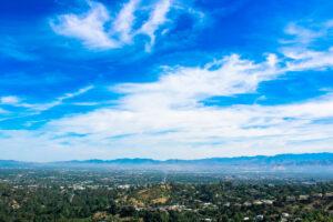 """ROAD TRIP USA 2019 #13 / MULHOLLAND DRIVE Y BEVERLY HILLS / TRAVEL VLOG Mulholland Drive es una conocida carretera situada en Los Ángeles, California, Estados Unidos. Su nombre proviene del ingeniero William Mulholland. El famoso cartel de Hollywood Sign se encuentra a un lado de la carretera. Ofrece una vista de Los Ángeles y el Valle de San Fernando. Beverly Hills es una ciudad localizada en el condado de Los Ángeles, California, Estados Unidos, que se encuentran al pie de las montañas de Santa Mónica. Está casi completamente rodeada por la ciudad de Los Ángeles, al este con la ciudad de West Hollywood y el Fairfax District, al sur limita con el barrio de Beverlywood y al poniente con """"Westwood Village"""" y """"Century City"""". Beverly Hills es famosa por las grandes mansiones que acoge y por ser el hogar de los ricos y famosos a la par de grandes estrellas del cine y la música. #LosAngeles #MulhollandDrive #BeverlyHills #WestHollywood #FairfaxDistrict #Beverlywood #WestwoodVillage #VistadeLosÁngeles #California #Route66 #ruta66 #usa #eeuu #roadtrip #traveltrip #travel #voyage #viaje #roadtrippers #beautifuldestinations #landscape #mytraveldiary #ontheroad"""