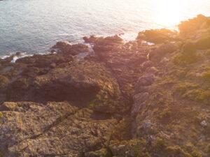 DRONE - Isla del Petit Chevret de Saint-Coulomb - - berth99 Creative Studio - Al norte, frente a la isla de Besnard, se encuentran dos pequeñas islas, Petit Chevret y Grand Chevret. La isla Besnard se encuentra en la entrada del puerto de Rothéneuf, que protege de sus altos acantilados. Pero ya no es una isla. Está unida a la punta de la Meinga por una lengua de arena llamada tombolo constituida por las dunas de Chevrets. Saint-Coulomb se encuentra en la región de Bretaña en francia, departamento de Ille y Vilaine, en el distrito de Saint-Malo y cantón de Cancale.